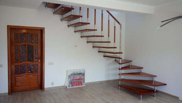 Лестница легкая и воздушная, отлично вписалась в зал