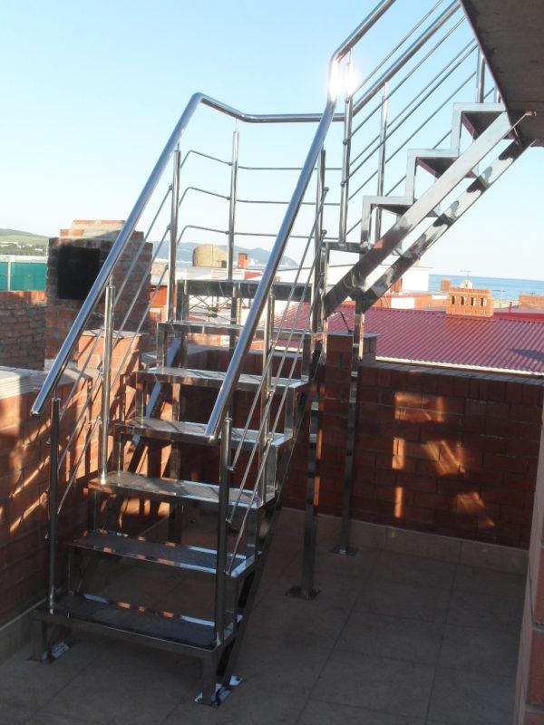 Лестница из нержавейки для улицы