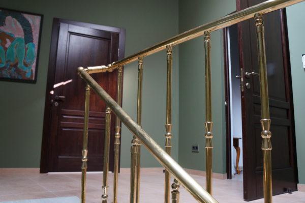 Ограждение лестницы из латуни